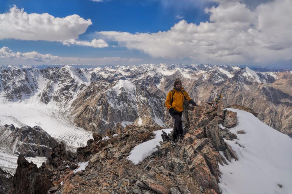 Voyage à pied : Ascension du sommet uchitel
