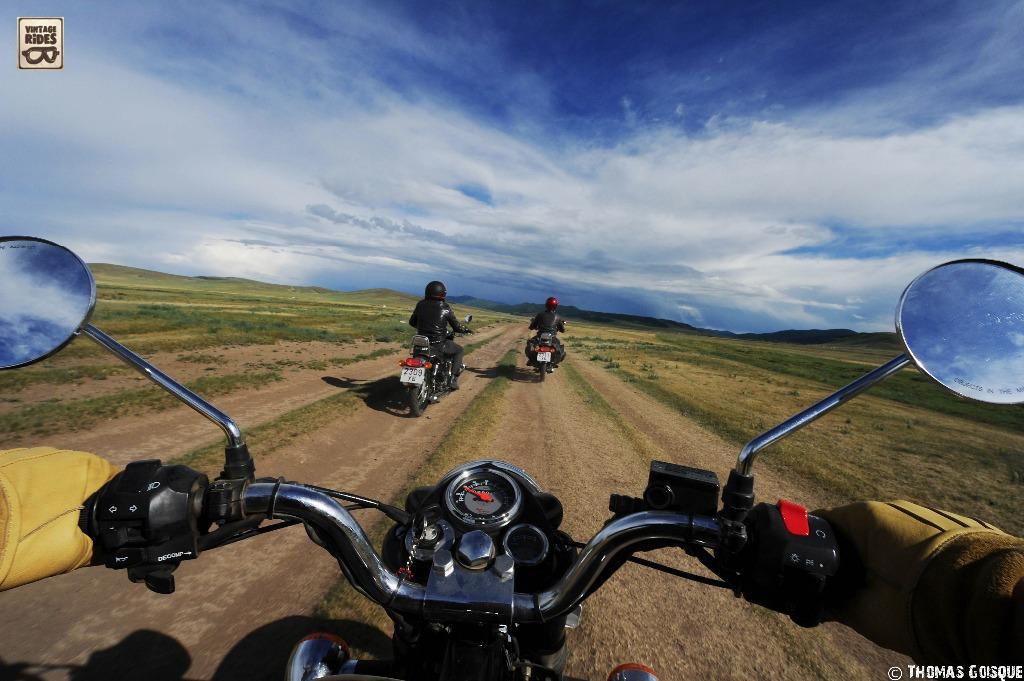 Voyage en véhicule : à moto dans les steppes